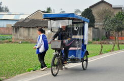 Pengzhou, Cina: Taxi di Pedicab sulla strada campestre Fotografia Stock