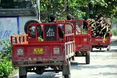Pengzhou, Cina: Tre camion dell'azienda agricola Fotografie Stock