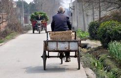 Pengzhou, Cina: Uomo anziano con il carrello della bicicletta Fotografie Stock Libere da Diritti
