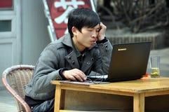 Pengzhou, Cina: Uomo che per mezzo del calcolatore fotografie stock libere da diritti