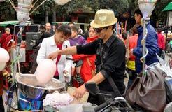 Pengzhou, Cina: Uomo che produce la caramella di cotone Fotografie Stock