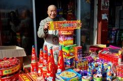Pengzhou, Cina: Uomo che vende i fuochi d'artificio di festa Fotografia Stock