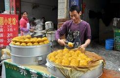 Pengzhou, Cina: Uomo che vende le polpette Immagini Stock