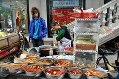 Pengzhou, Cina: Venditore ambulante che vende alimento Fotografie Stock