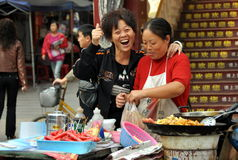 Pengzhou, Cina: Venditori ambulanti che vendono alimento Fotografia Stock Libera da Diritti