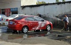 Pengzhou Kina: Arbetare på bilWash shoppar Royaltyfri Foto