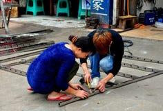 Pengzhou Kina: Arbetare som svetsar järngallret Arkivfoto