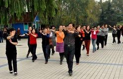 Pengzhou Kina: Dansa i den Pengzhou parken Arkivbild