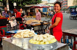 Pengzhou Kina: Försäljare som säljer Bao Zi Dumplings Arkivfoton