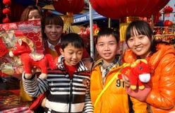 Pengzhou Kina: Familj som säljer kinesiska garneringar för nytt år Royaltyfri Bild