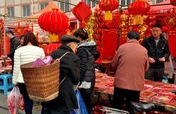 Pengzhou Kina: Folk som köper garneringar för nytt år royaltyfria foton