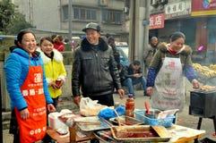 Pengzhou Kina: Gatuförsäljare som säljer mat arkivfoto