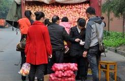 Pengzhou Kina: Köpande äpplen för folk royaltyfri fotografi