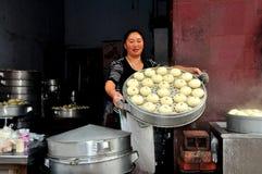 Pengzhou Kina: Kvinna med ångade Bao Zi Dumplings Arkivbild