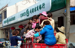 Pengzhou Kina: Kvinnor i liten uppsamling åker lastbil arkivbilder