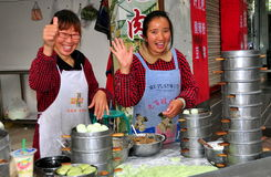 Pengzhou Kina: Kvinnor som säljer Bao Zi Dumplings Arkivbild