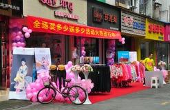 Pengzhou Kina: Storslagen öppning för klädlager arkivfoton