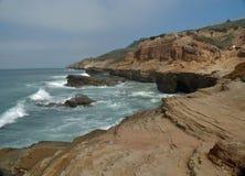 Penhasco agradável da rocha no oceano de Califórnia imagens de stock royalty free