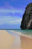 Penhasco bonito da praia e da pedra calcária. Fotografia de Stock