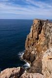 Penhasco com mar, horizonte e céu na parte traseira Imagem de Stock Royalty Free
