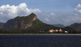 Penhasco da pedra calcária de ilhas do mar de Andaman, Tailândia Imagem de Stock