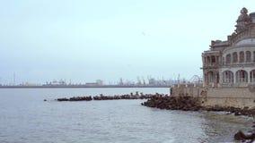 Penhasco de Cazino Constanta, o Mar Negro, em um dia de inverno filme