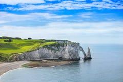 Penhasco de Etretat Aval e marco e oceano das rochas. Normandy, França. Fotografia de Stock