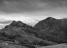 Penhasco de Raven Crag e do castelo preto e branco fotos de stock