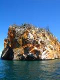 Penhasco dentro do azul profundo da Venezuela do mar das caraíbas imagem de stock
