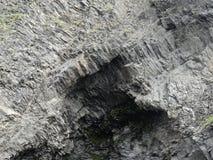 Penhasco do mar do basalto com caverna Foto de Stock Royalty Free