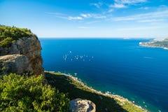 Penhasco e barcos na baía do ` Azur da costa d Foto de Stock Royalty Free