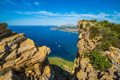 Penhasco e os barcos na baía do ` Azur da costa d Fotografia de Stock Royalty Free