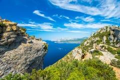Penhasco e os barcos na baía do ` Azur da costa d Fotos de Stock
