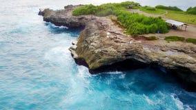 Penhasco e rochas em Indonésia na ilha do penida fotos de stock