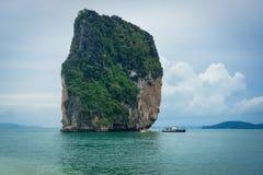 Penhasco em barcos pequenos da ilha e de turista em Krabi, Tailândia Foto de Stock