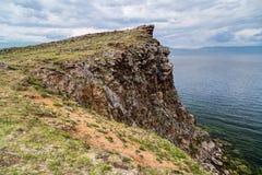 Penhasco, o Lago Baikal em Rússia Foto de Stock