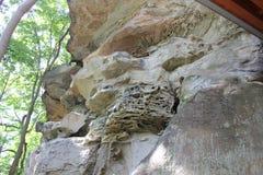Penhasco pendendo sobre do penhasco do arenito no rockshelter de Meadowcroft fotos de stock