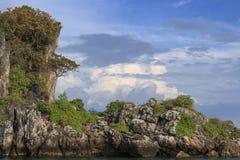 Penhasco perto da praia em Krabi, Tailândia de Railay Foto de Stock Royalty Free