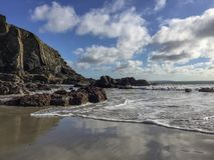 Penhasco rochoso pela costa de mar foto de stock royalty free