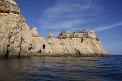Penhasco situado em Portugal, visto do mar foto de stock royalty free