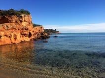 Penhasco vermelho da rocha no mar Mediterrâneo Imagens de Stock