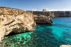 Penhascos ásperos bonitos da ilha de Comino malta foto de stock royalty free