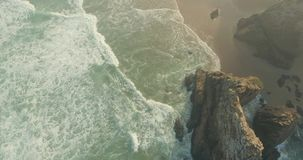 Penhascos épicos e opinião de ondas de oceano filme