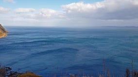Penhascos íngremes do mar na baía de Bearreraig - ilha de Skye, Escócia vídeos de arquivo