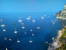 Penhascos bonitos na ilha de Capri no mar Mediterrâneo fotografia de stock
