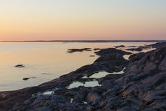 Penhascos com as associações da rocha no arquipélago de Éstocolmo do por do sol Foto de Stock