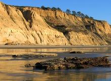 Penhascos com reflexões na praia de estado dos pinhos de Torrey, La Jolla, Califórnia Fotografia de Stock