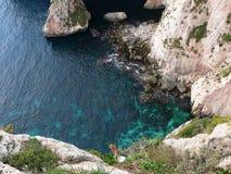 Penhascos Craggy e mar bonito perto da gruta azul Malta fotos de stock royalty free