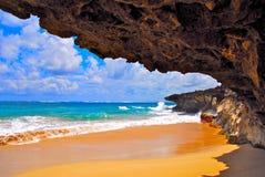 Penhascos da lava na praia tropical fotografia de stock