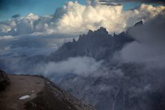 Penhascos da montanha alta nas dolomites foto de stock